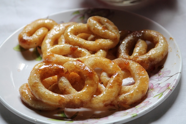 Karupatti Mittai Recipe / Cheeni Mittai Recipe / Palm Jaggery Sweets Recipe